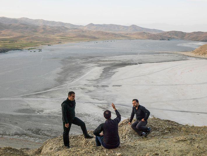 Hombres a orillas del lago seco en Urmia, Irán. Del artículo de la edición de marzo ...