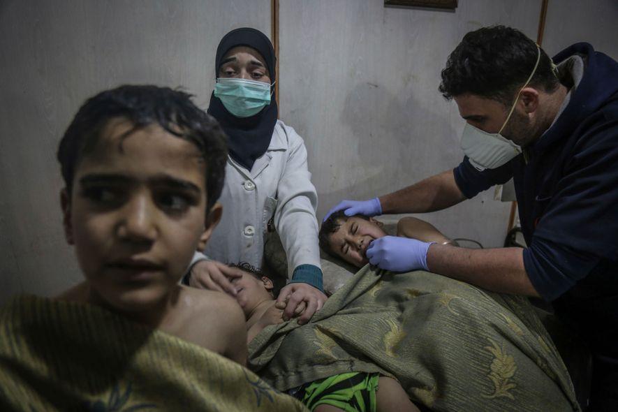 """Los niños reciben primeros auxilios tras un supuesto ataque químico. """"El olor del cloro era abrumador"""", ..."""