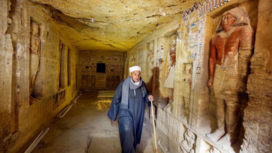 Un equipo egipcio, incluido el jefe de los trabajadores, Mustafa Abdo, descubrió esta tumba de sacerdote ...