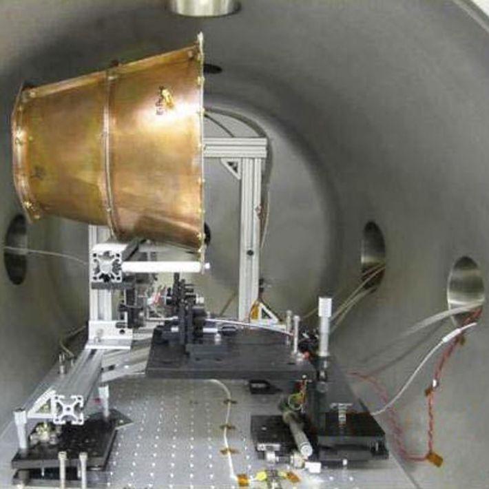 El Eagleworks EmDrive de la NASA dentro de una cámara de pruebas.