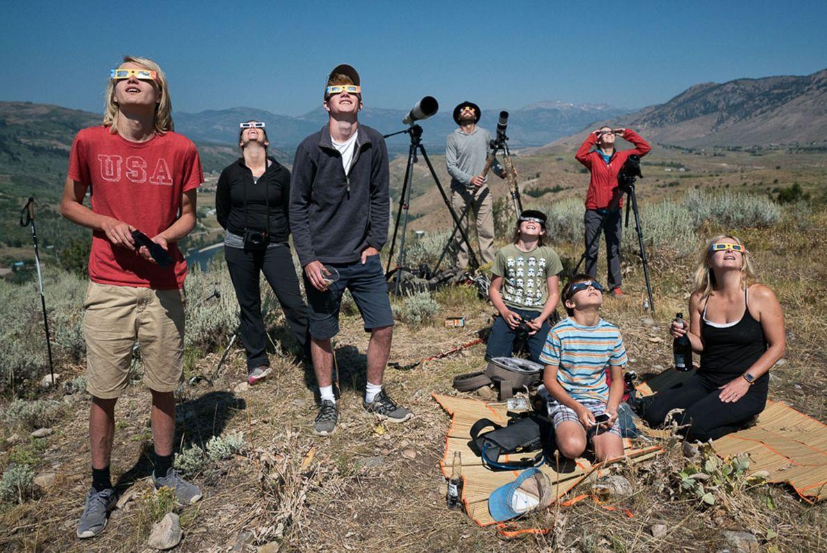 Personas reunidas para mirar el eclipse en las afueras de Jackson, Wyoming, donde la totalidad duró ...