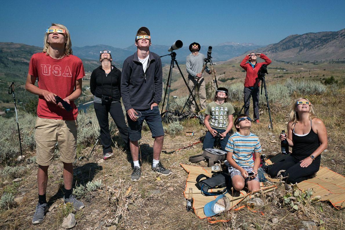 Personas reunidas para mirar el eclipse en las afueras de Jackson, Wyoming, donde la totalidad duró …