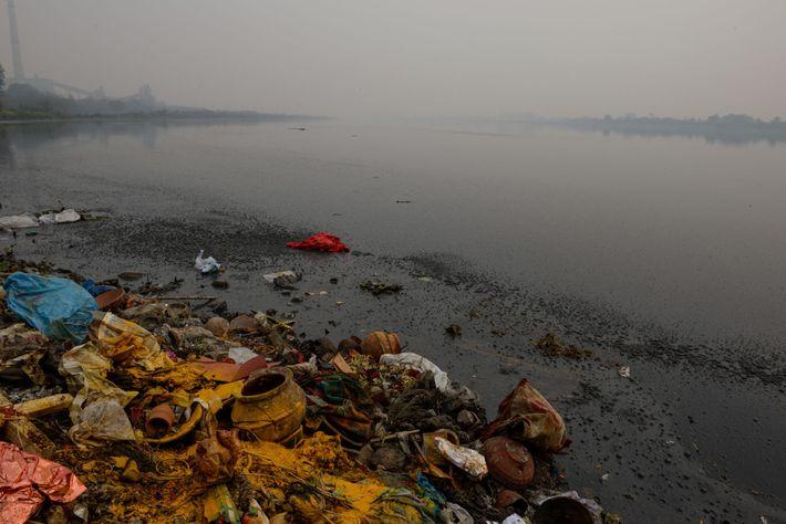 Plástico y otra basura, aguas residuales y vertidos industriales ensucian al Ganges en Delhi. 500 mil ...