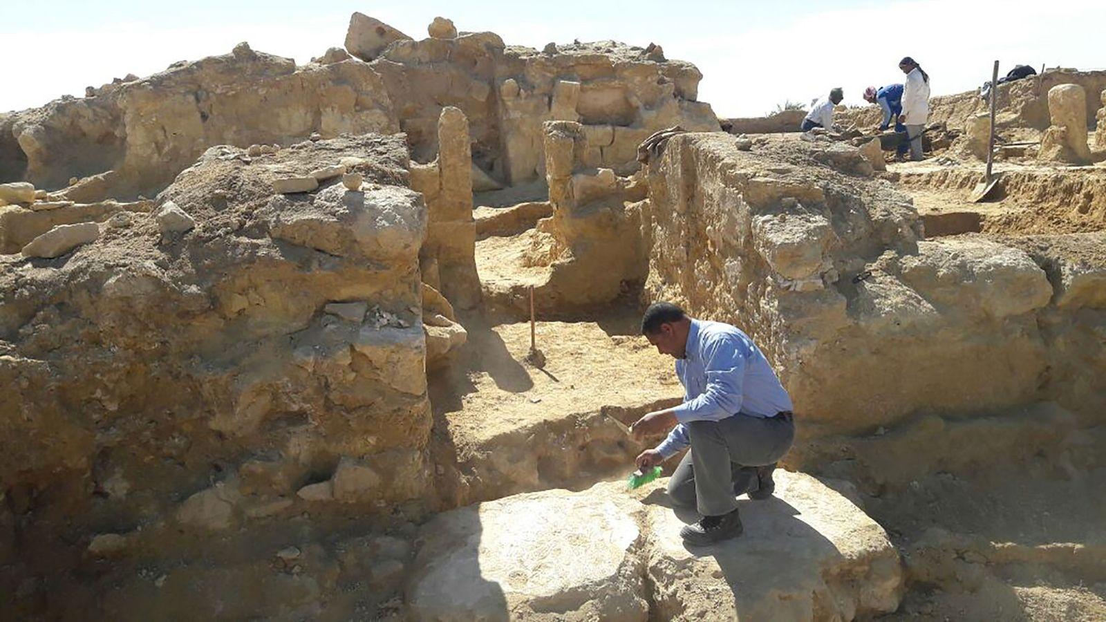 Un templo grecorromano recién descubierto ha sido desenterrado en el desierto occidental de Egipto.