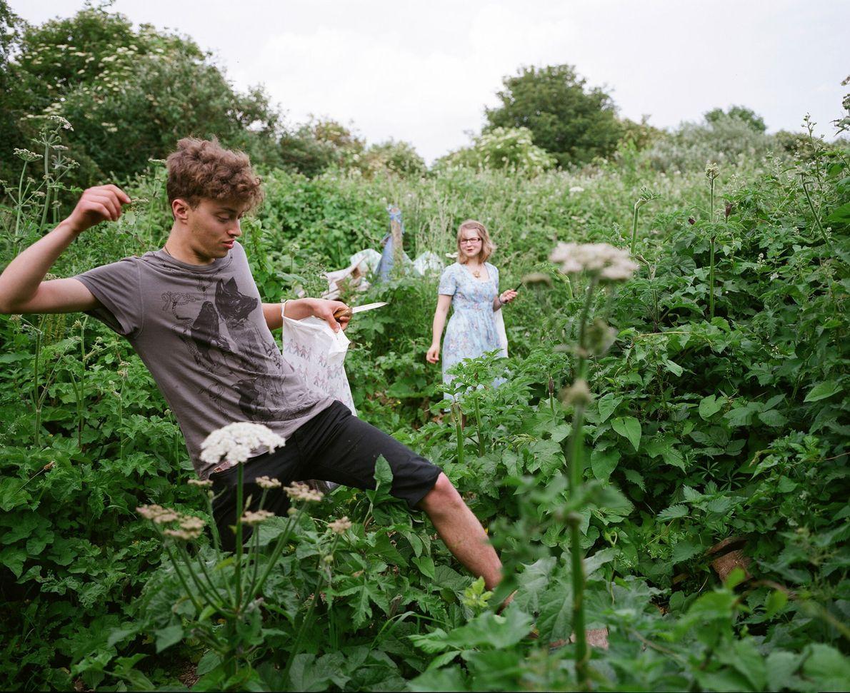 Sam, 'el buscador de comida', (izquierda), apodado así por su gran conocimiento de plantas comestibles, guía ...