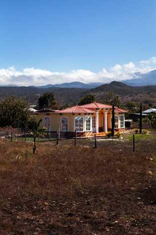 Las nuevas casas relucientes de este estilo con frecuencia se construyen con el dinero enviado por ...
