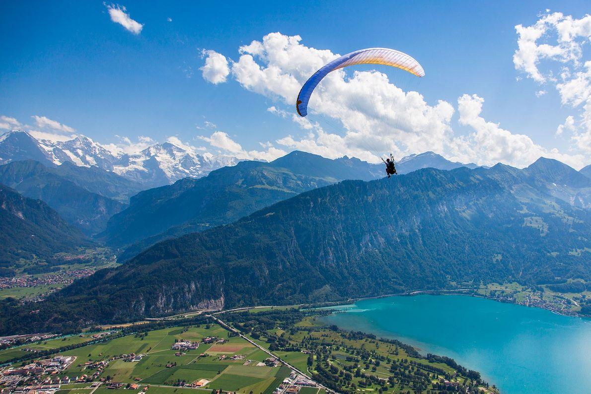 Hacer parapente sobre Interlaken, Suiza, es una forma de buscar nuevas alturas.