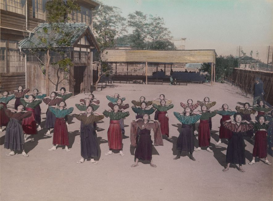 Las chicas de secundaria practican calistenia en Japón.