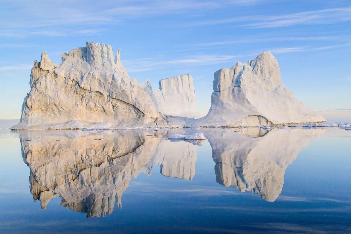 Mientras observan los gráciles icebergs de Groenlandia, los visitantes deben mantener una distancia de seguridad de ...