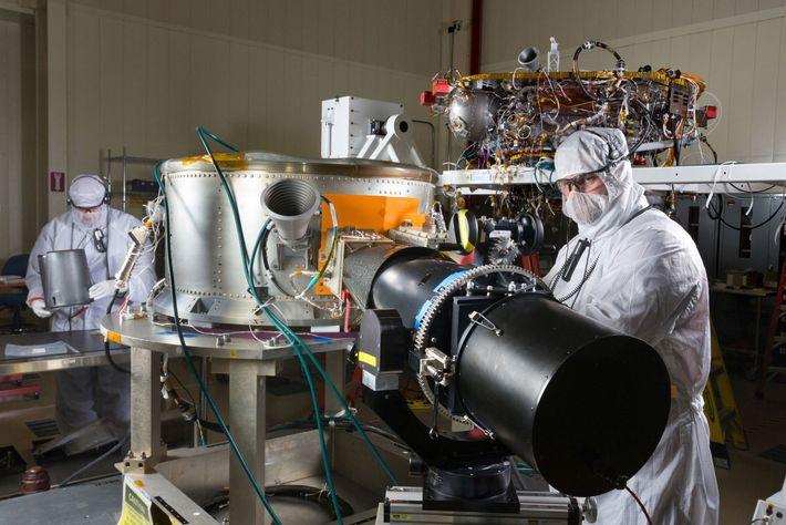 Un equipo de ingenieros trabaja en la InSight de la NASA en una sala limpia en ...