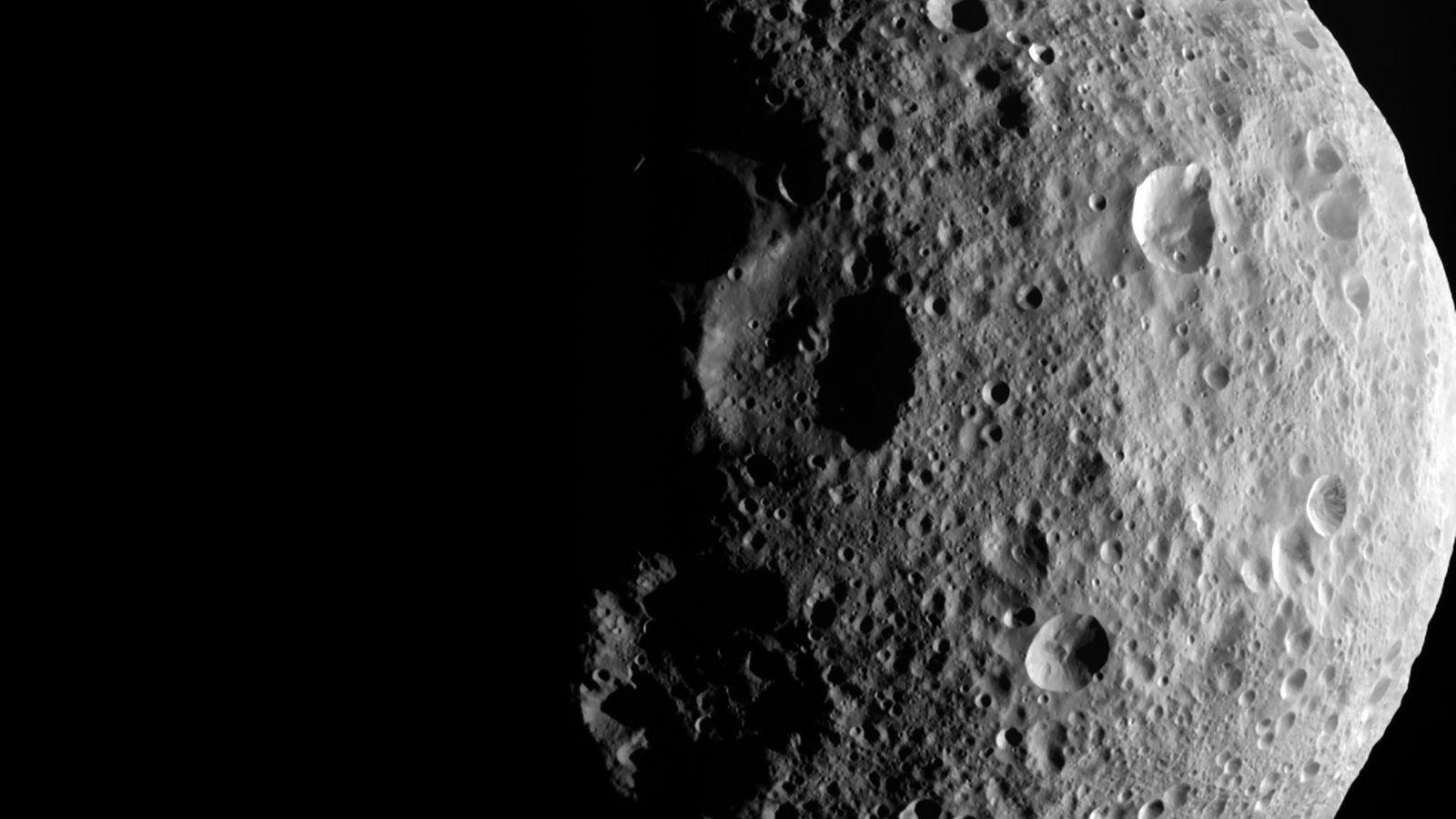 En esta imagen tomada por Dawn, una nave espacial de la NASA, se pueden ver los ...