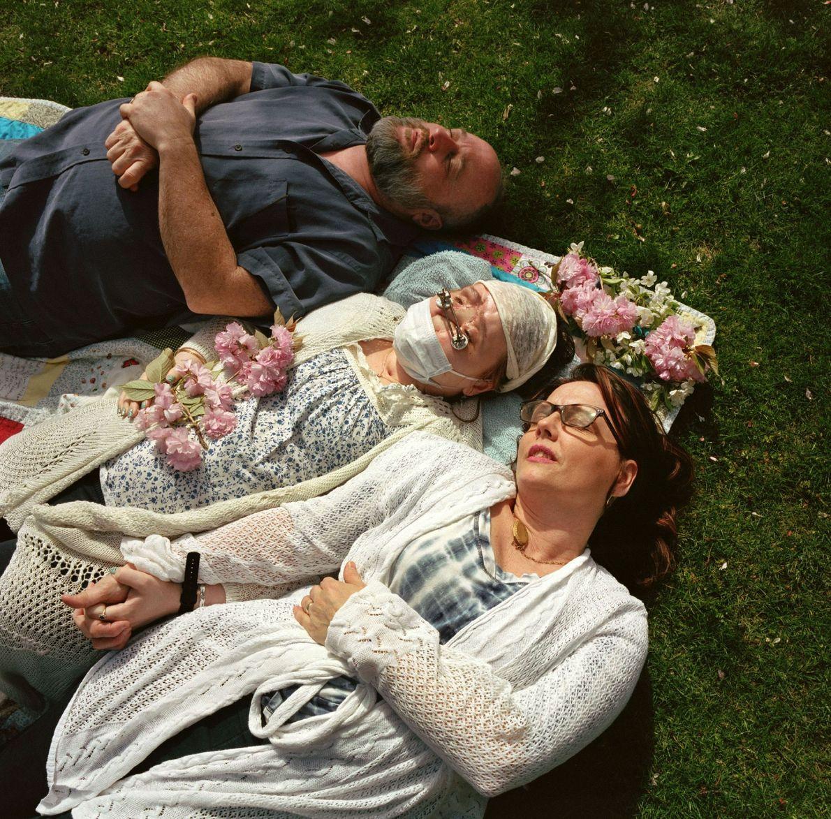 Aprovechando un soleado día de primavera, Katie y sus padres, Robb y Alesia Stubblefield disfrutan de ...