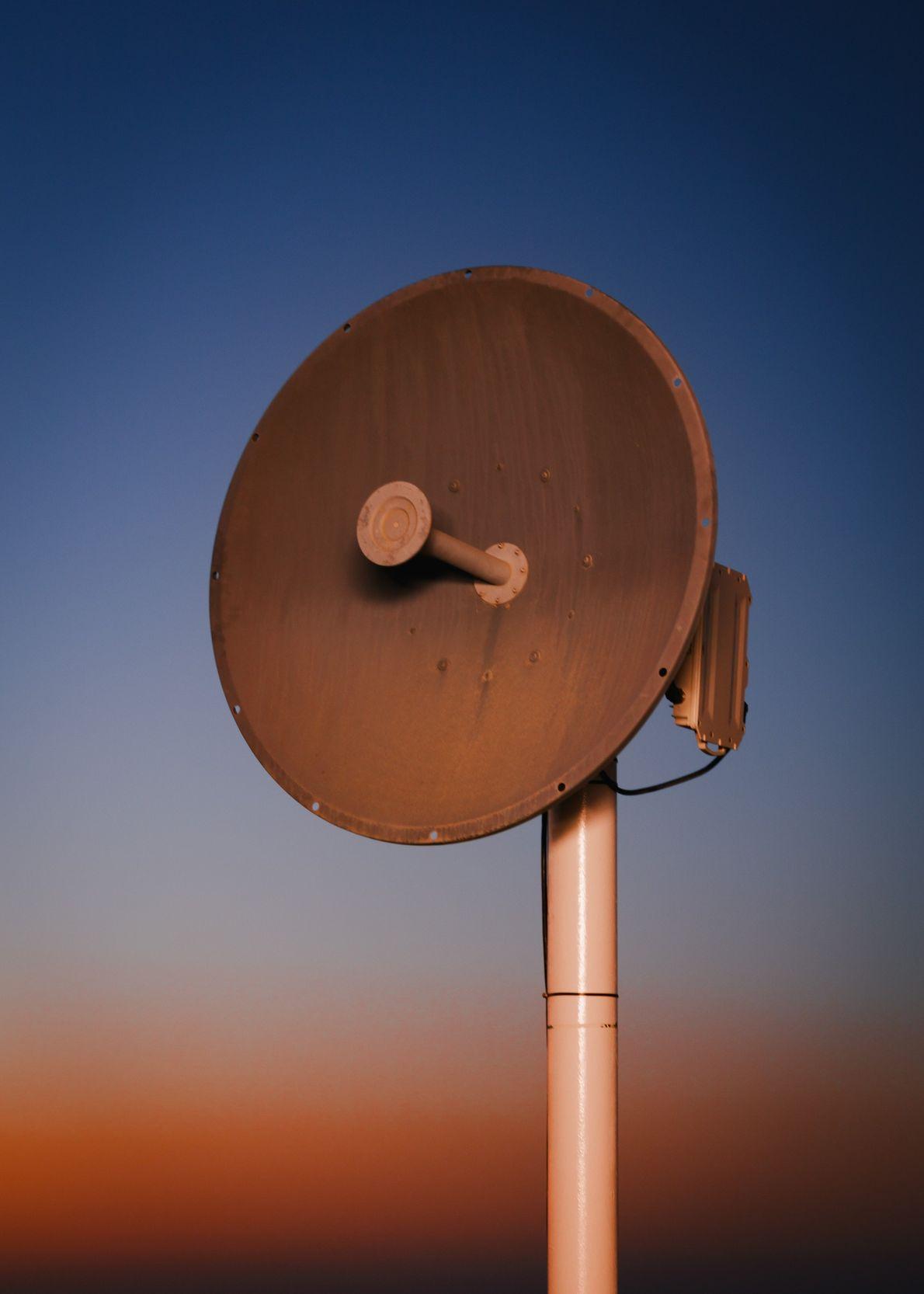 Una antena de microondas brinda servicios de comunicación a la Estación Kepler, que se construyó en ...