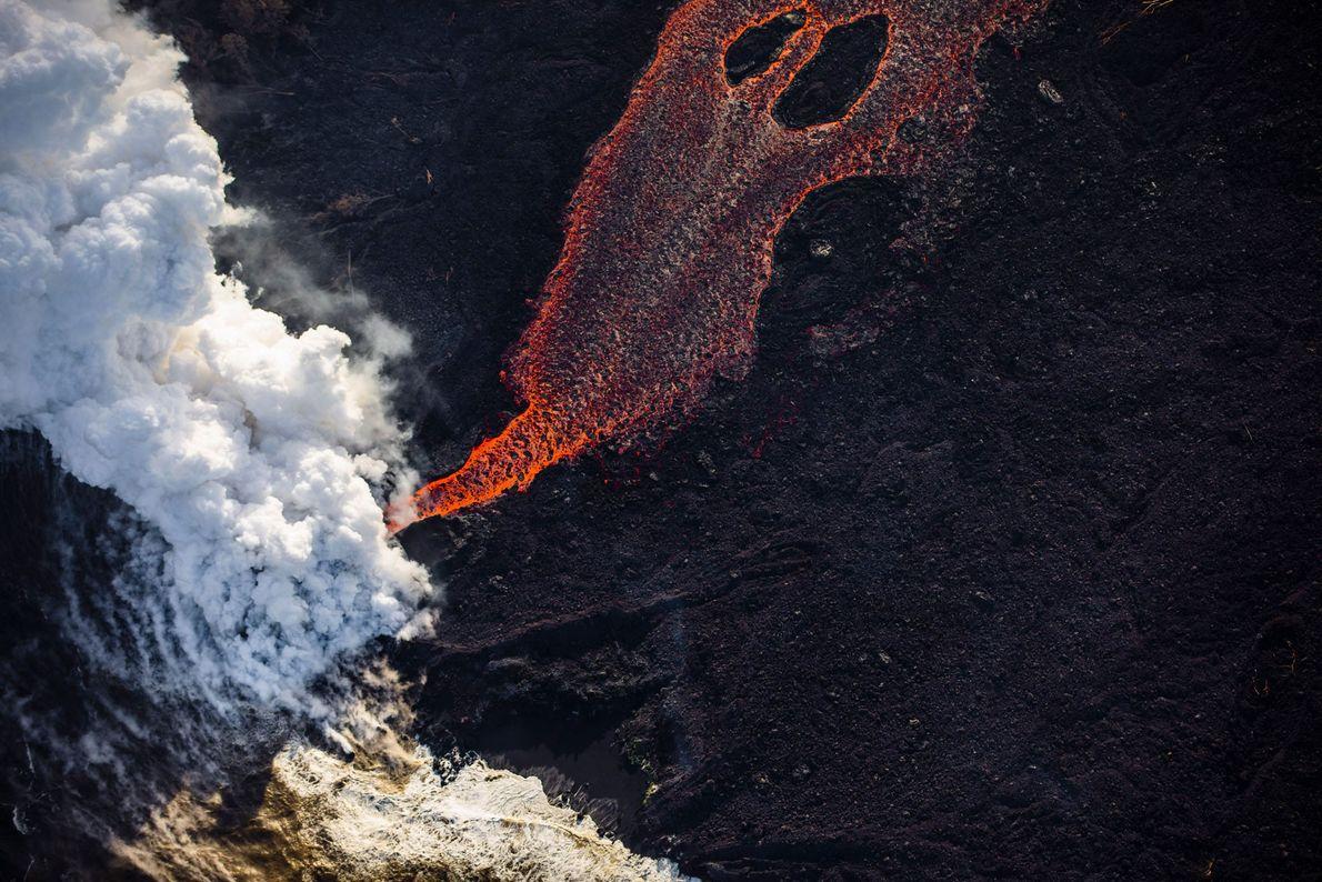 Un chorro de lava a 1000 °C de temperatura llega al océano. Al entrar en contacto ...