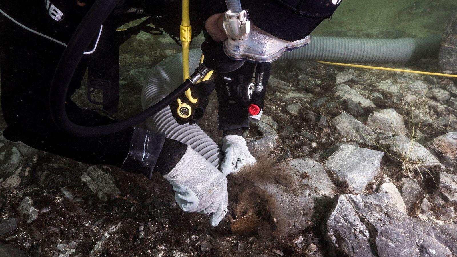 Los arqueólogos excavan objetos rituales en el lago Titicaca.