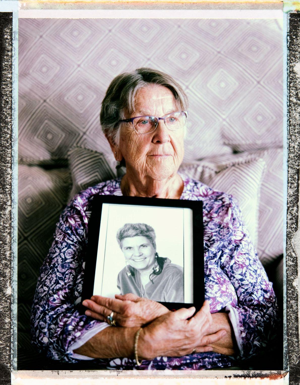 Ruthie Berman, de 85 años, sosteniendo una foto de su difunta esposa.