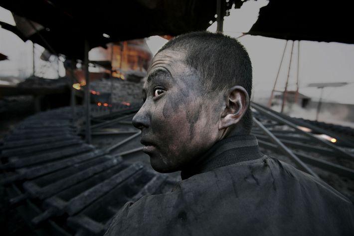 Un trabajador de una fábrica en Mongolia Interior. Según Lu, es habitual que los empleados de ...
