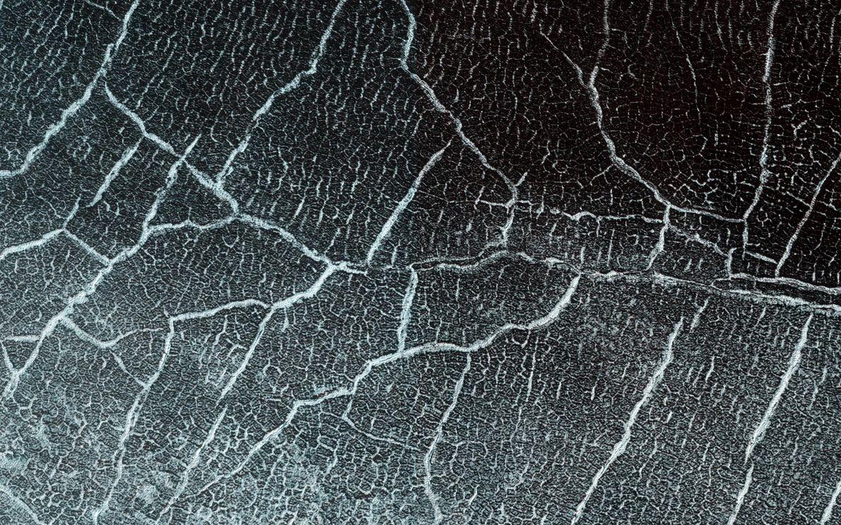 En climas pasados, muchos cráteres de impacto antiguos de Marte se llenaron de hielo, que crece ...
