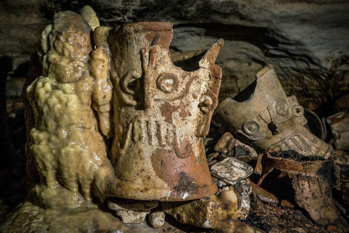 A lo largo de los siglos, se han formado estalagmitas en torno a objetos rituales como ...