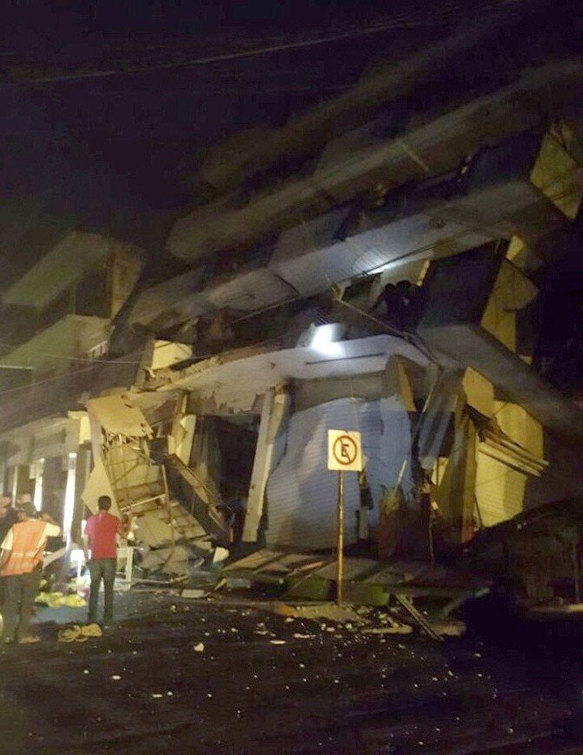 Una foto impresa que difundieron las fuerzas de Defensa Civil muestra un edificio colapsado en Oaxaca, ...