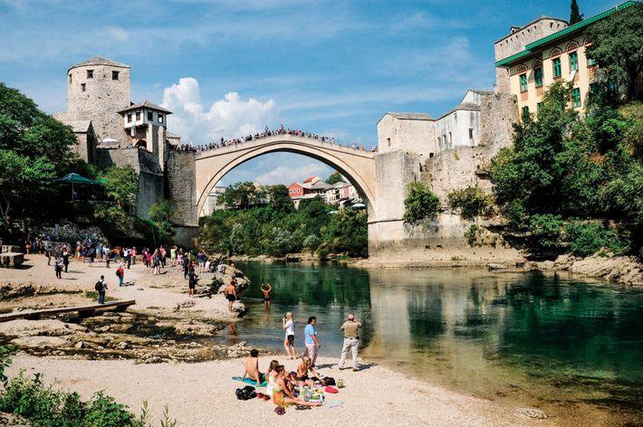 Una réplica del Puente Viejo de Mostar. Río Neretva en Mostar, en Bosnia y Herzegovina