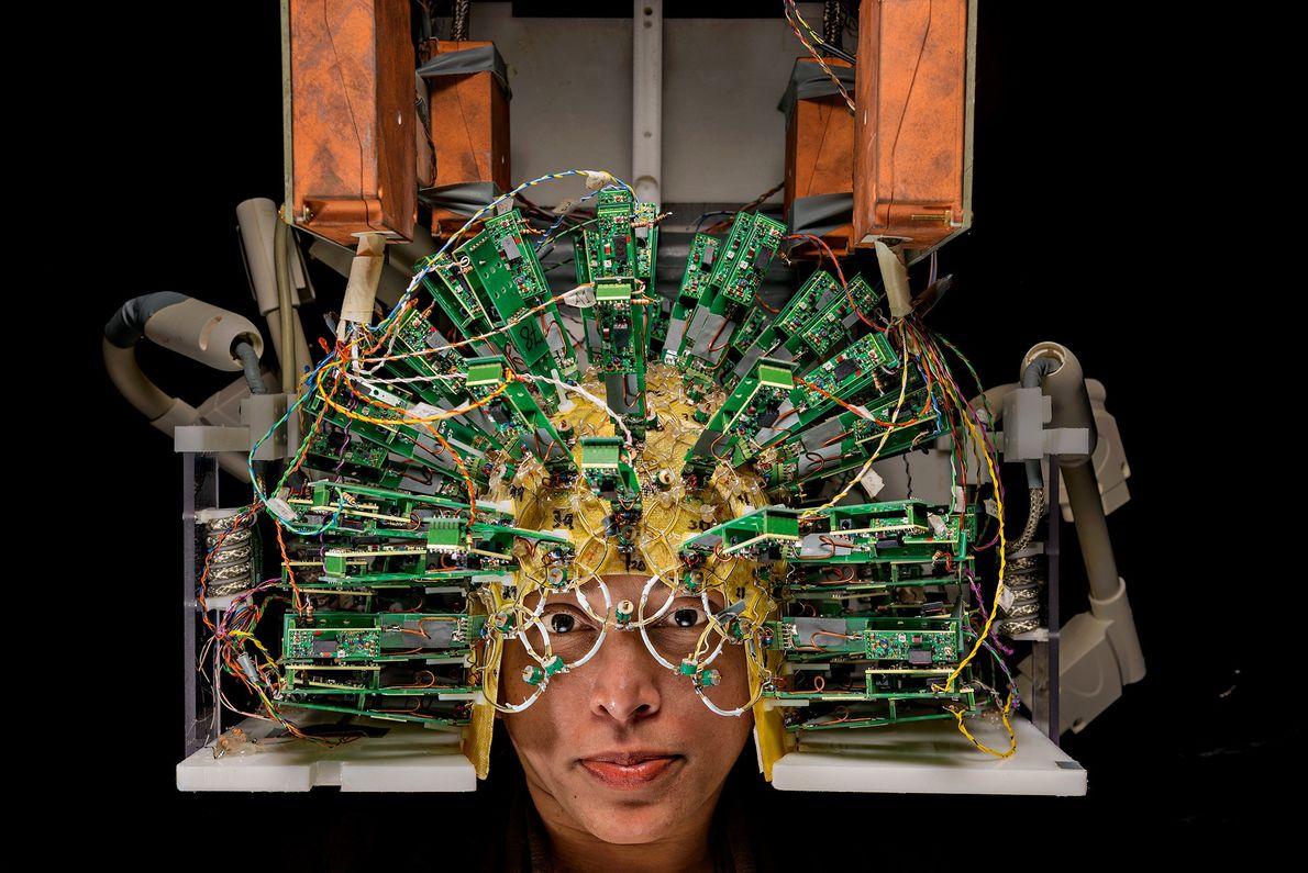 Un ingeniero usa un casco de sensores, parte de un escáner cerebral, en el Centro Martinos ...