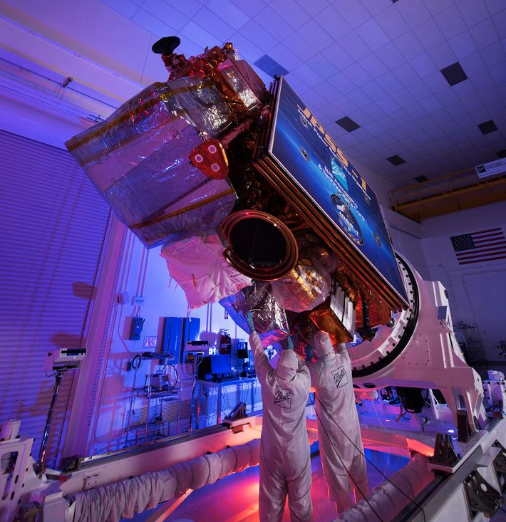 Ingenieros y técnicos de Ball Aerospace realizan los controles finales en JPSS-1, ahora conocido como NOAA-20, ...