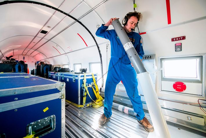 En un avión volando bajo por sobre la costa este de Groenlandia, Josh Willis, científico líder ...