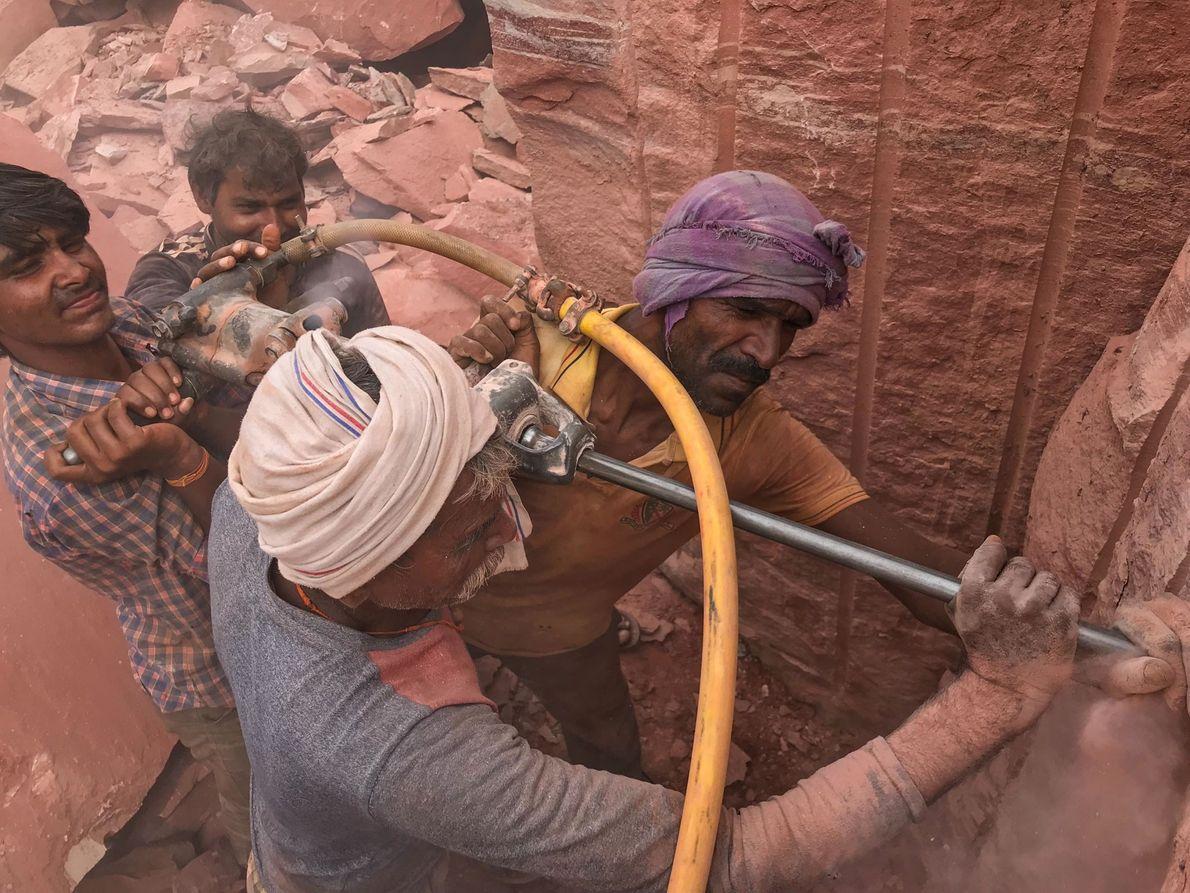 Las capas de sílice pulverizada van tapando los pulmones de los trabajadores, que con el tiempo ...