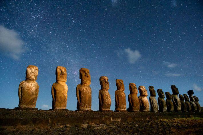 Una hilera de moáis en Rapa Nui, también conocida como Isla de Pascua. Muchos investigadores sostuvieron ...