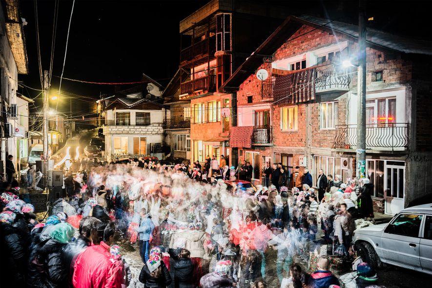 En Ribnovo, un grupo de la boda realiza el tradicional baile houra para Salve Kgiselova y ...