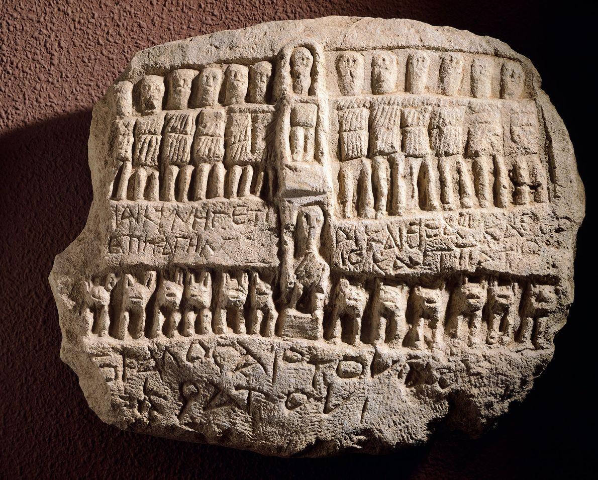 Placa dedicada a Artemisia que la muestra rodeada de doce dioses.