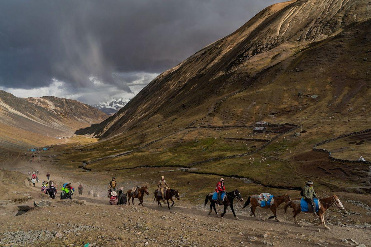 Camino al santuario del Señor de Qoyllur Rit'i por el valle de Sinakara, Perú. A caballo ...