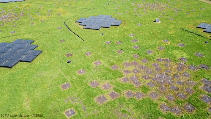 Una vista aérea muestra una de las muchas estaciones en el Radiotelescopio de baja frecuencia, o ...