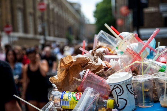 La basura se desborda de los recipientes. Los sorbetes plásticos se asoman a través de pilas ...
