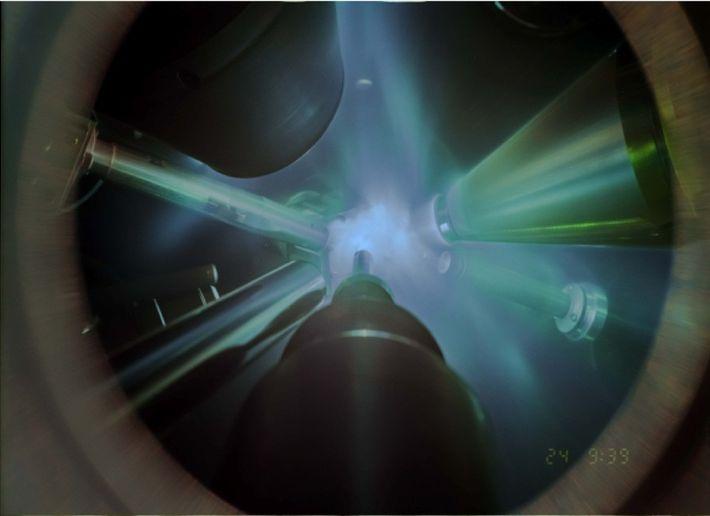 En esta fotografía de tiempo integrado de un experimento de difracción de rayos X, los láseres ...