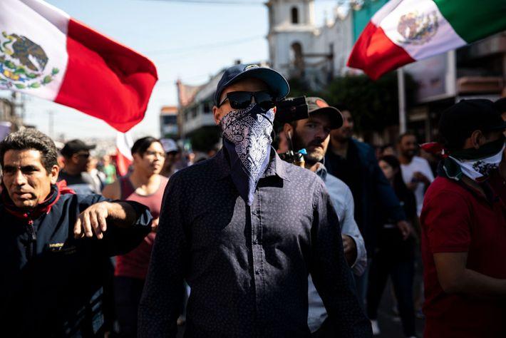 El 18 de noviembre, una protesta contra los migrantes se convirtió en una marcha xenófoba dirigida ...