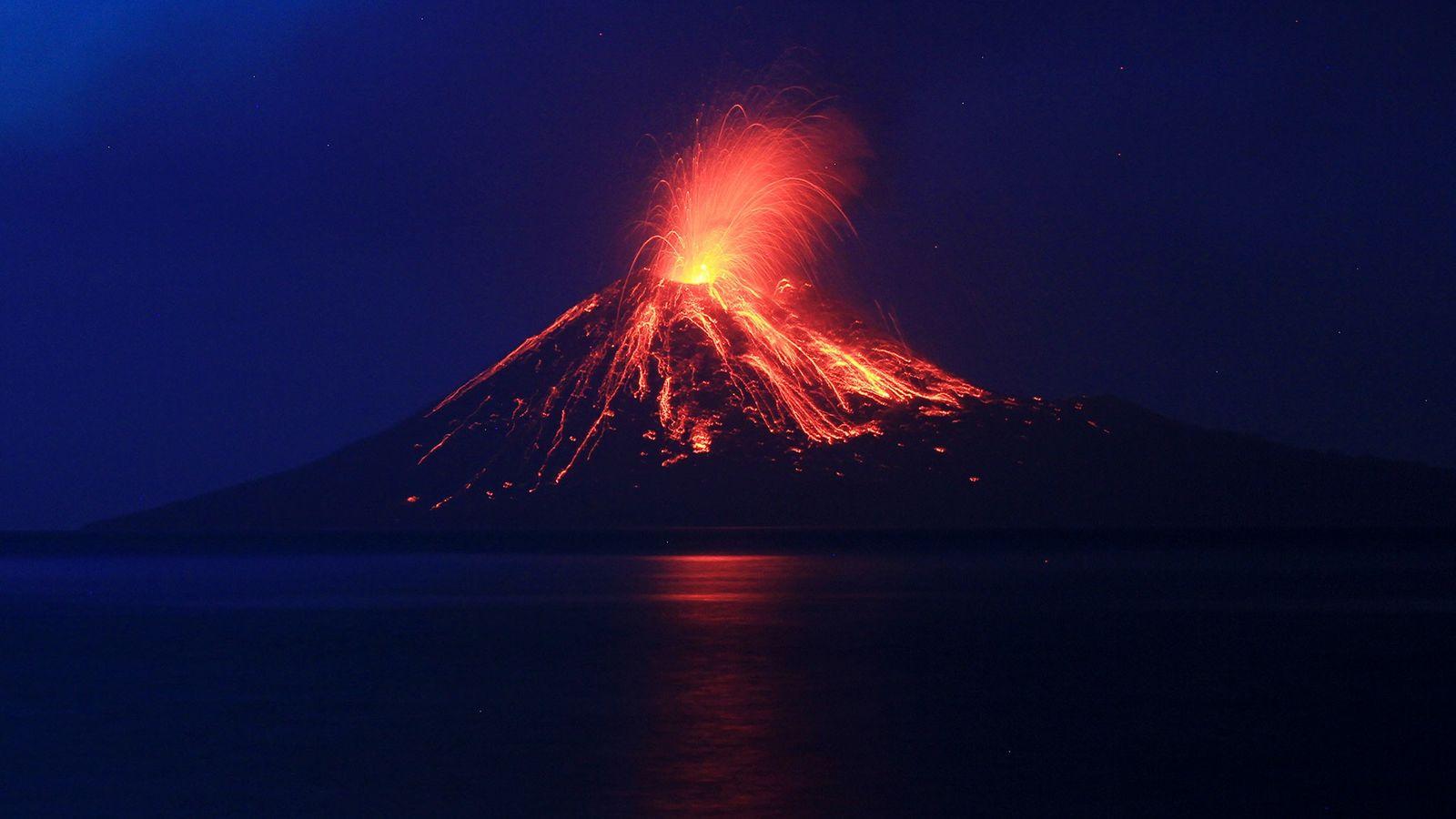 """La lava fluye por los flancos del Anak Krakatau (""""hijo de Krakatoa"""") durante una erupción en ..."""