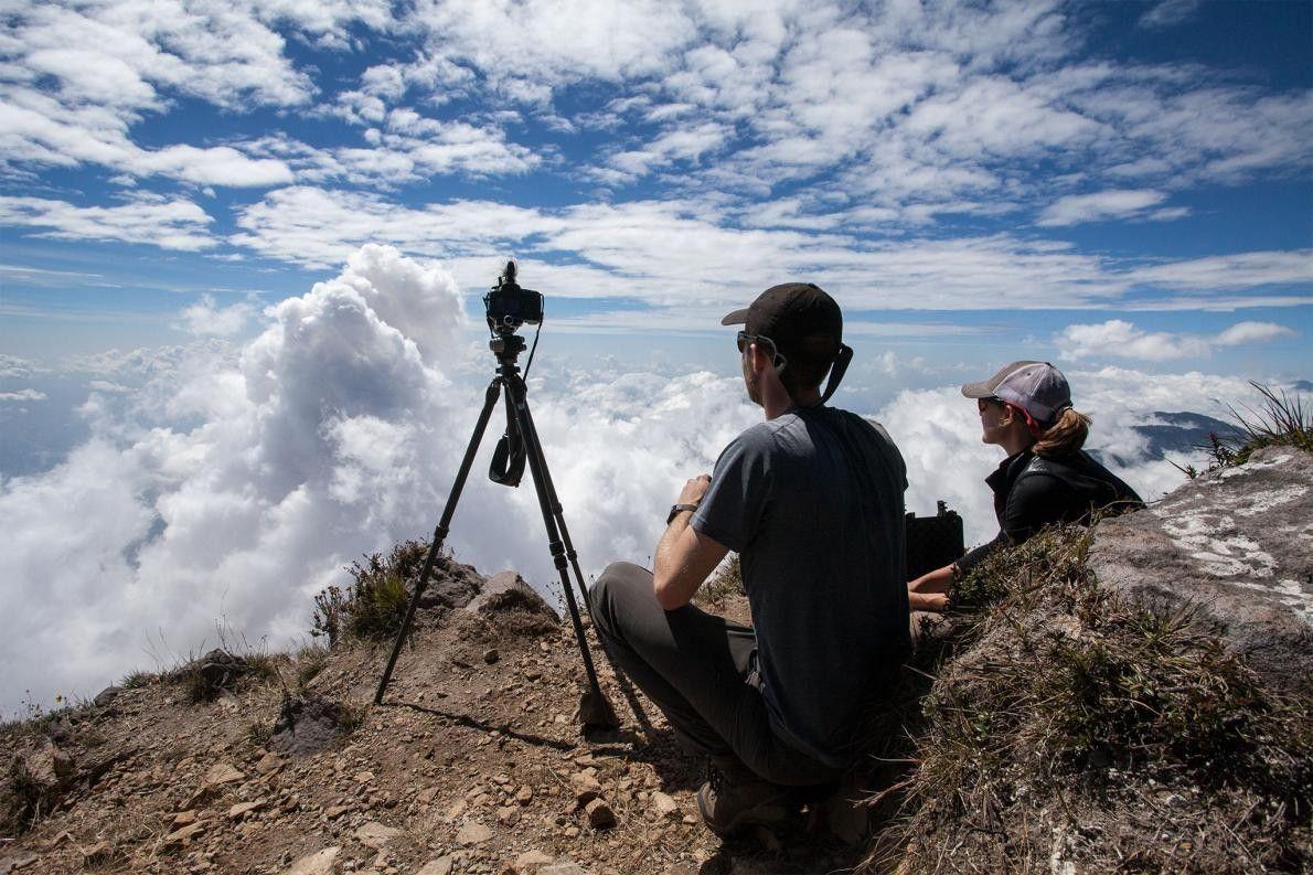 La vulcanóloga Stephanie Grocke y el cartógrafo Ross Donihue observan cómo la columna de humo proveniente ...