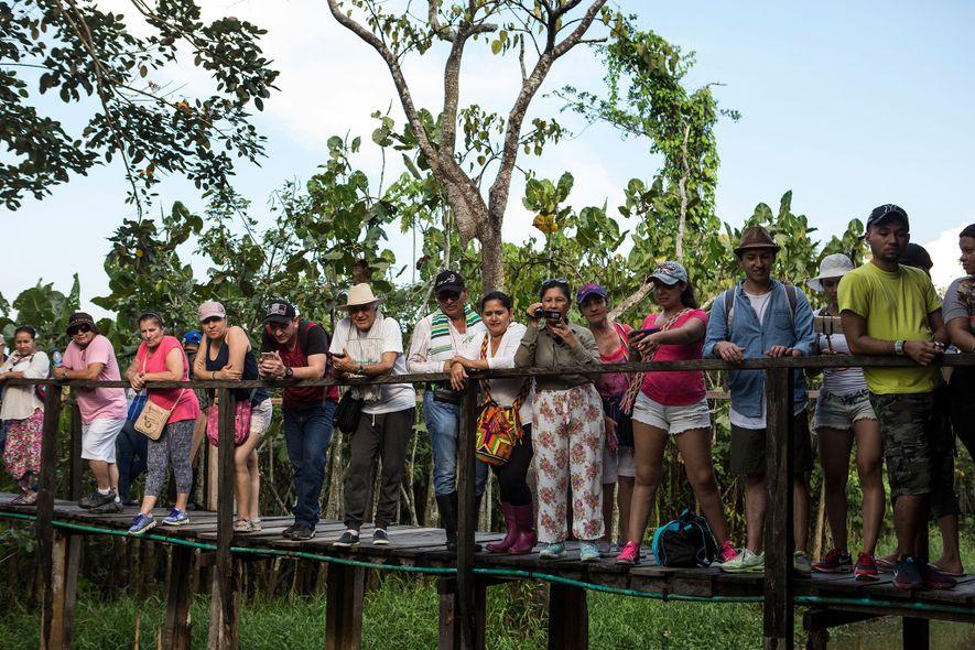 Turistas observan el recinto de un manatí en Puerto Alegría en agosto de 2017. El manatí ...