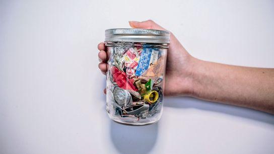 Esta tarro contiene toda la basura -que no era reciclable ni podía convertirse en compost-, producida ...