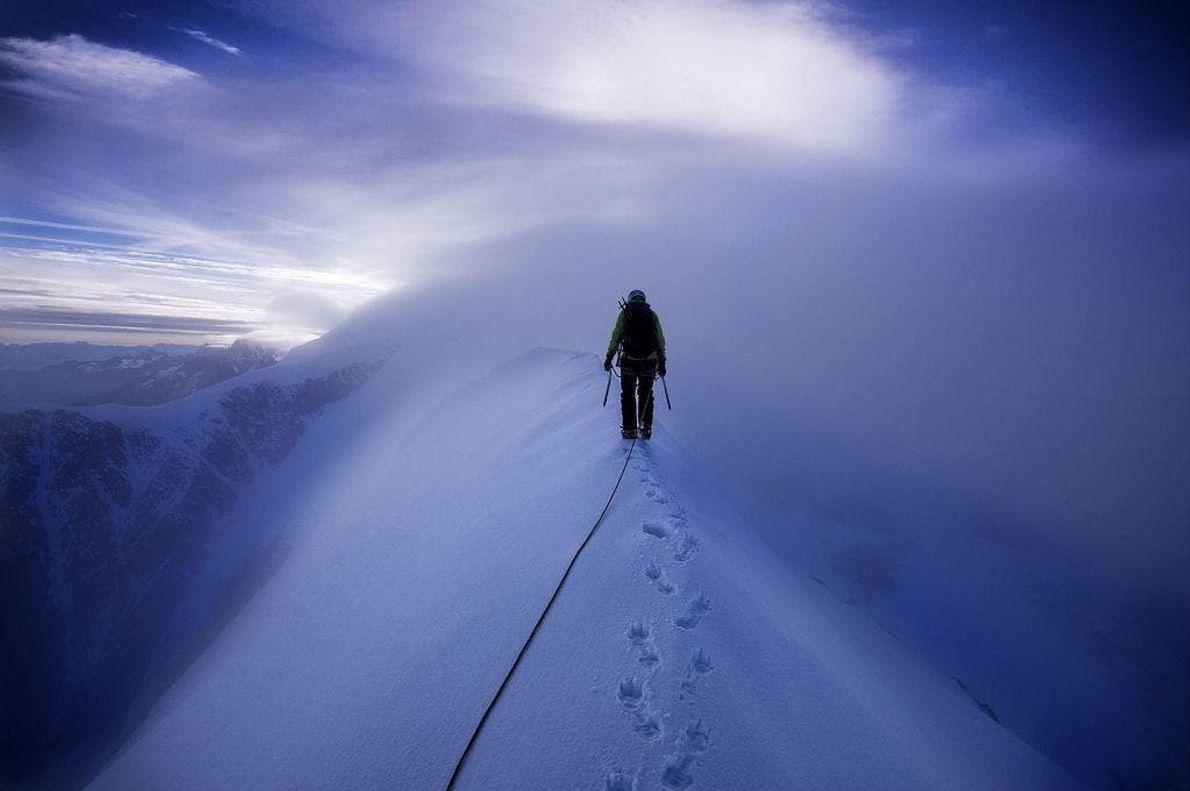 La cima de Aiguille de Bionnassay (4.052 metros) tras escalar por el lado norte. Alpes del ...