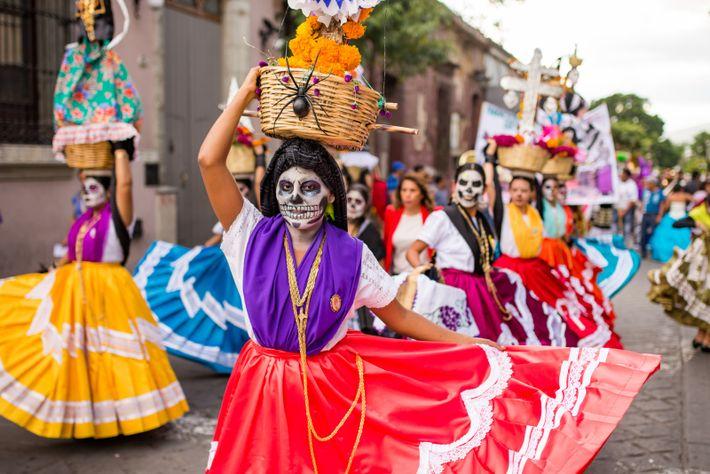 """Oaxaca, México, 2015 - """"Catrinas danzan por las calles de la capital oaxaqueña"""", Armando Vega."""