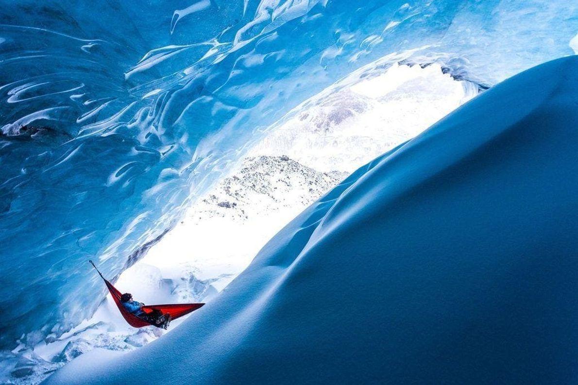 Un momento de relajación en una hamaca al pie del glaciar Athabasca en el parque nacional ...