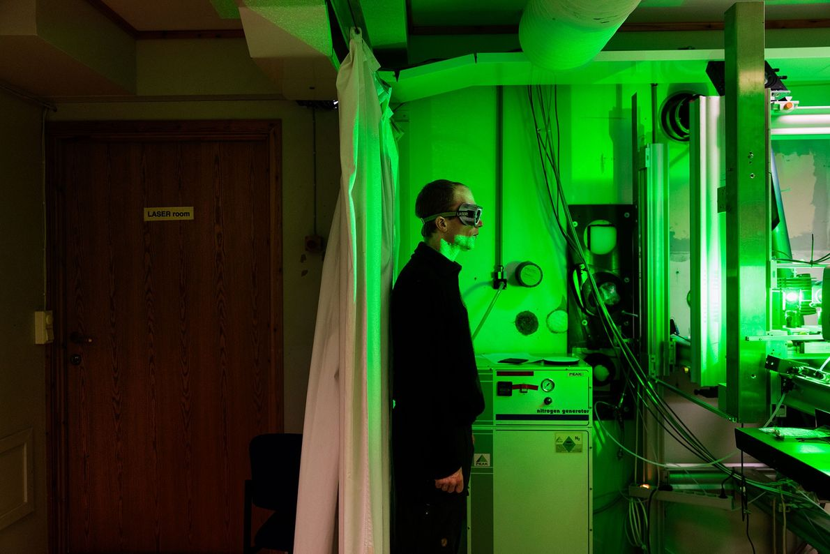Dentro del observatorio en la estación franco-alemana, el ingeniero René Bürgi opera un rayo láser que ...
