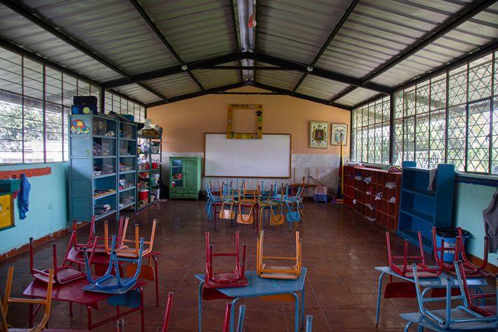 Una de las aulas de la escuela Ruperto Alarcón Falconí, de la parroquia rural Cotogchoa. Vacía, ...
