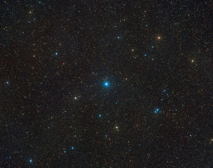 El HR 6819 puede verse en el centro de esta imagen del cielo creada a partir ...