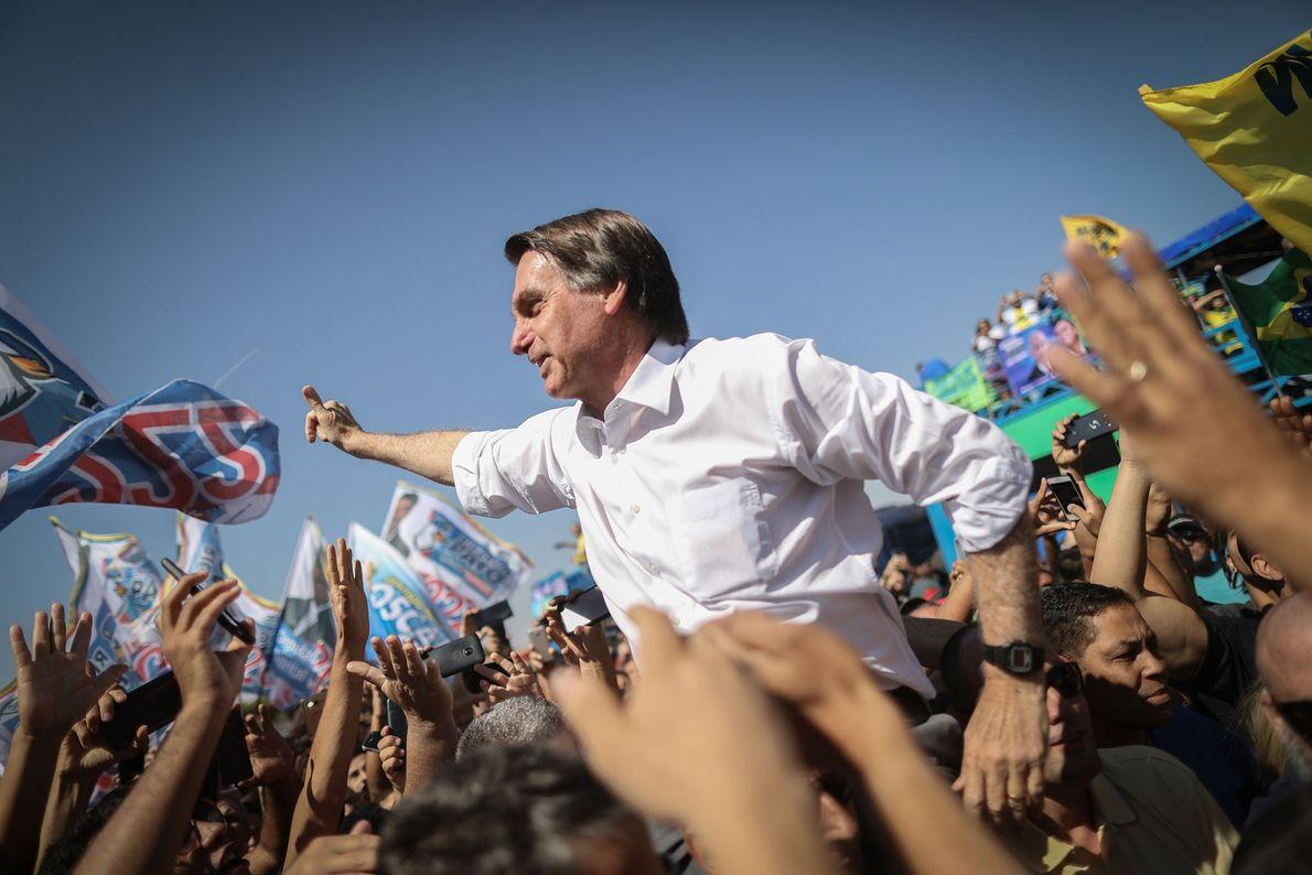 Jair Bolsonaro del Partido Social Liberal (PSL) saluda a sus partidarios durante un acto electoral de ...