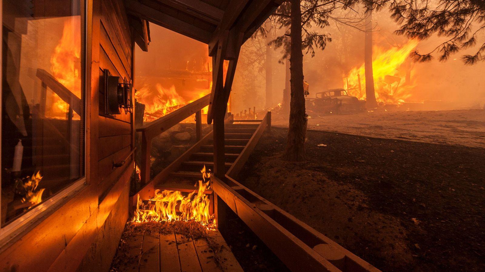 Esta imagen muestra una casa en el área de Smiley Park de Running Springs, California, en ...
