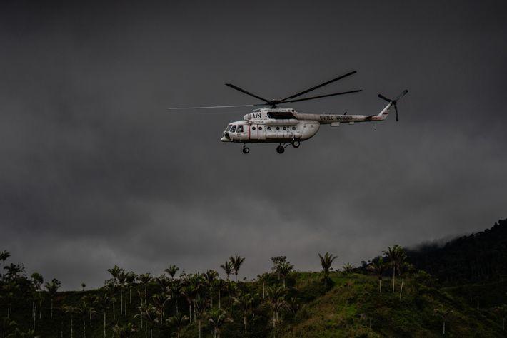 Un helicóptero de Naciones Unidas despega desde un campo que fue previamente utilizado por rebeldes de ...